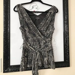 EXPRESS GRAY AND BLACK REPTILE PRINT SILKY TOP MED